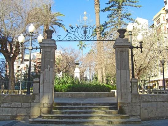Puerta entrada escaleras Plaza Calvo Sotelo Alicante