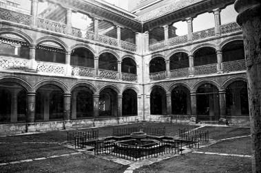 Patio claustro Convento Francesas centro histórico Valladolid blanco y negro