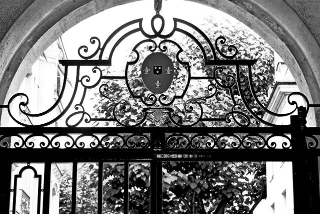 Entrada verja negra escudo iglesia centro París blanco y negro