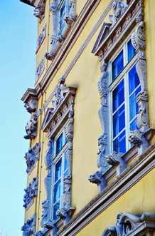 Detalle ornamentación barroco ventanas fachada amarilla Palacio Oldenburg Alemania