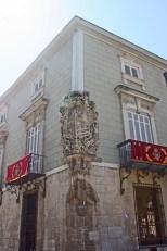 Escudo heráldico esquina edificio histórico centro Orihuela Alicante