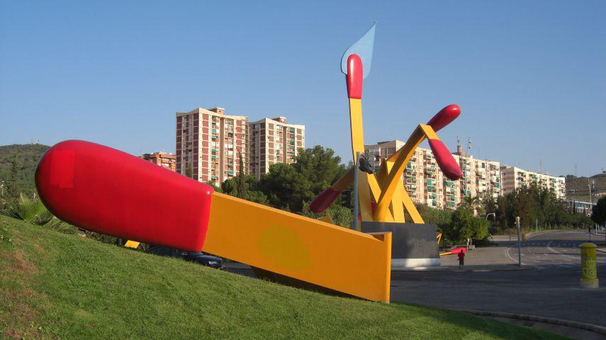 Escultura cerillas Claes Oldenburg Montbau Barcelona