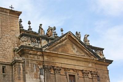 Esculturas barrocas custodiando la perla catedralicia de la Asuncion