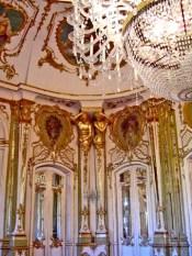 Lápara techo y decoración barroca sala interior Palacio Queluz Portugal