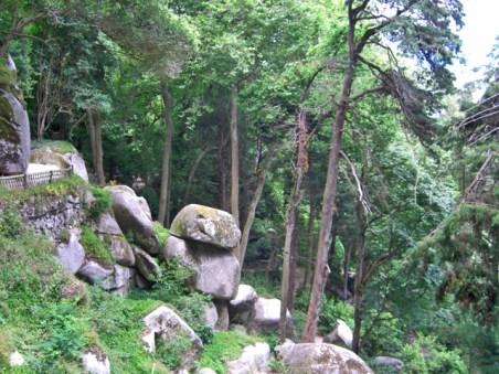 Sendero y camino piedras árboles Castelo dos Mouros Sierra Nacional de Sintra