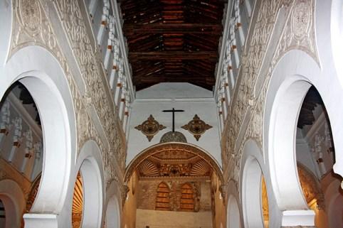 Espectacular carpinteria medieval toledana en la sala de oracion de la Sinagoga del Transito
