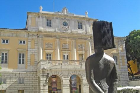 Estatua cabeza libro Teatro Nacional de Sao Carlos Lisboa