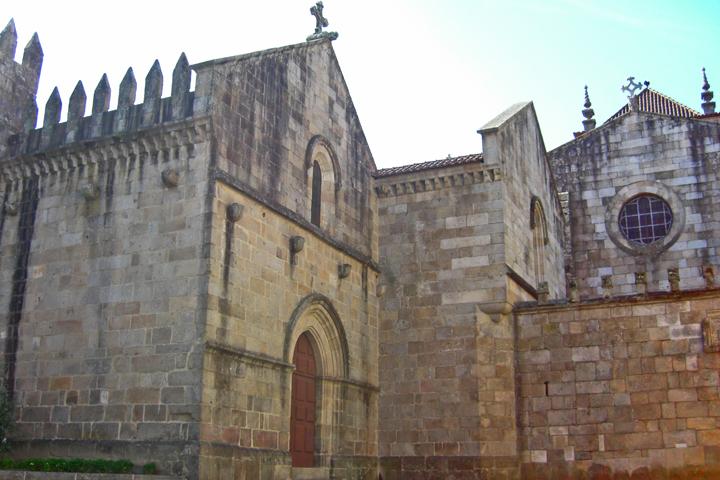 Fachada oeste muro ventanas almenas Catedral Braga