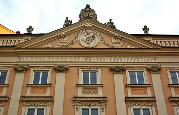 Fachada neoclásica vivienda centro histórico Cracovia