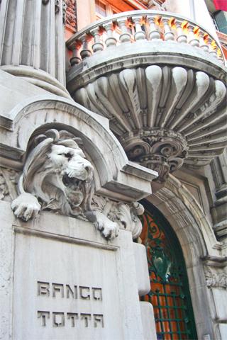 Escultura león fachada Banco Totta Lisboa