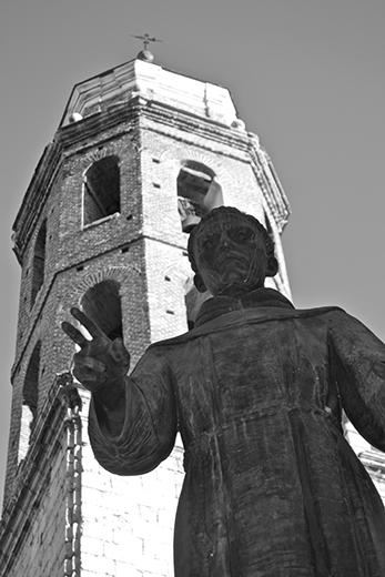 Escultura franciscano torre inglesia Valladolid blanco y negro