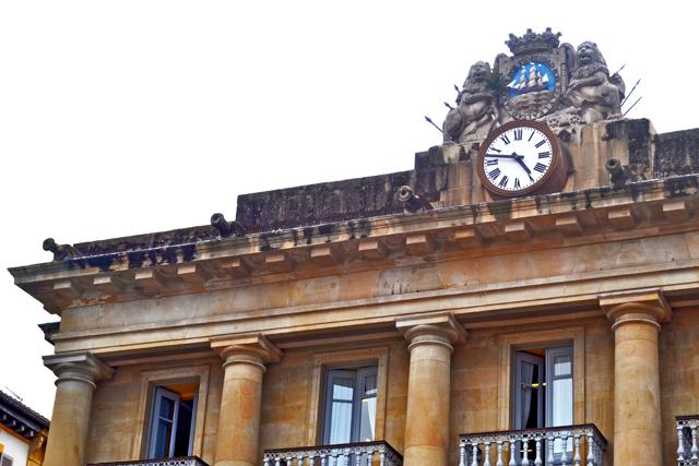 Reloj clásico escudo marítimo leones edificio neoclásico plaza Alde Zaharra San Sebastián