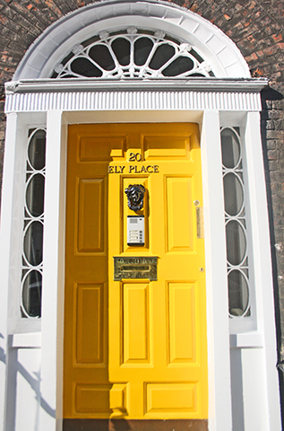 Puerta amarilla Kely Place 201 vivienda georgiana Dublín