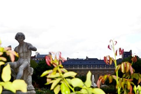 Escultura joven plantas Jardín Tullerías París