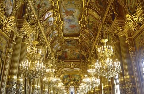 Salón interior barroco decoración lámparas oro frescos Ópera Garnier París