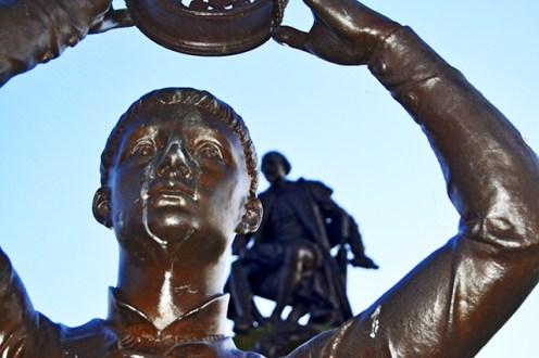 Escultura niño corona Gower Memorial Stratford-Upon-Avon