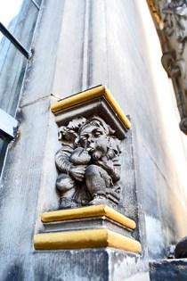 Escultura gnomo soplando pilar muro calle Bremen