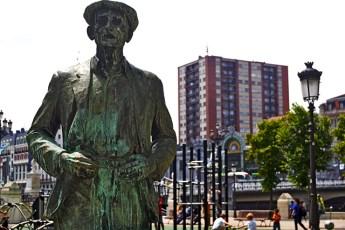 Escultura señor boina detrás Estación Abando Bilbao