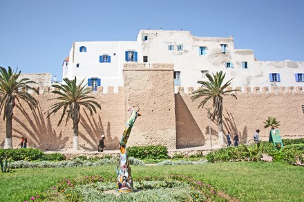 Paseo galería arte aire libre construcciones Damgard Essaouira