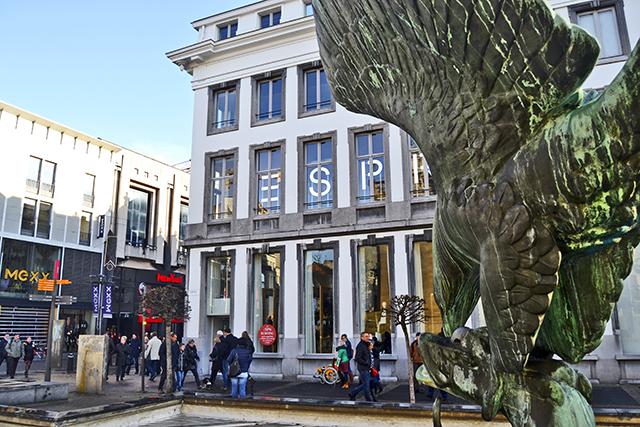 Escultura águila calles Amberes Bélgica