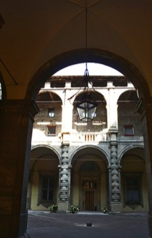 Patio interior farola palacio Vía Zamboni Bolonia