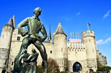 Escultura hombre brazos cruzados Scheepvaartmuseum Castillo Amberes