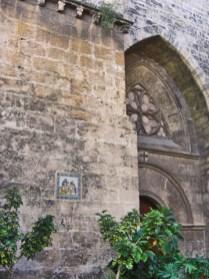 Fachada medieval entrada calle Palau Valencia