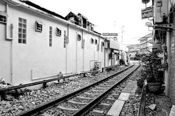 Vías tren mercado comida Mae Klong Tailandia