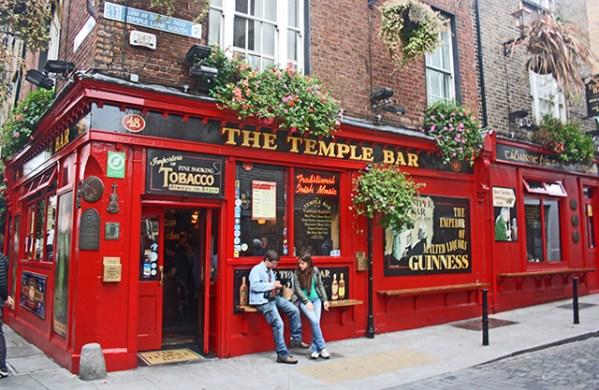 Fachada roja The Temple Bar chicos centro Dublín