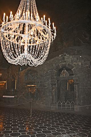 Lámpara cristal interior galería Minas sal Wieliczka Cracovia