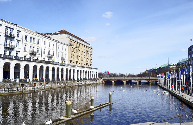 Embarcadero lago Alster gaviotas centro Hamburgo