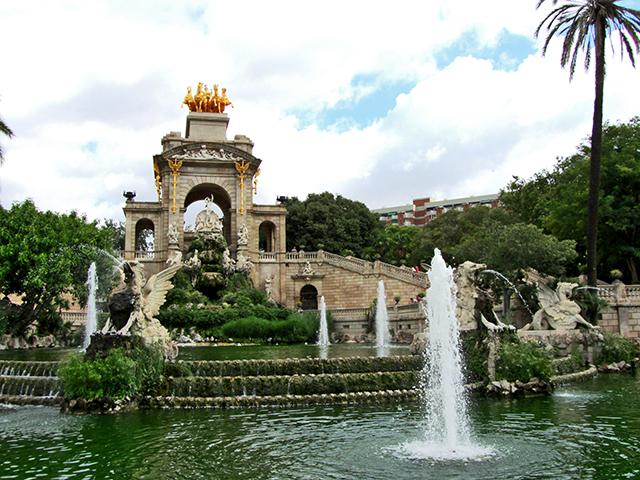 La Ciutadella percebuda com un espectacular oasi retirat de lagitacio del casc antic