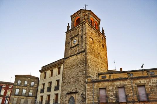 La Plaza de Andalucia siempre en hora mirando su Torre del Reloj