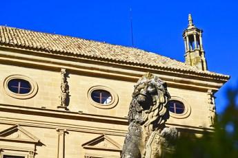 Escultura león fachada edificio plaza Renacimiento Úbeda Jaén
