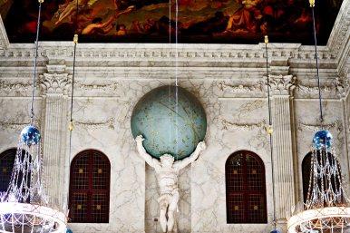 Escultura forzudo bola mundo sala entrada Burgerzaal Koninklijk Paleis Amsterdam