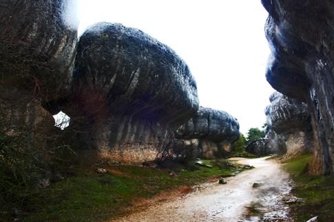 Rocas terreno calizo camino Ciudad Encantada Cuenca