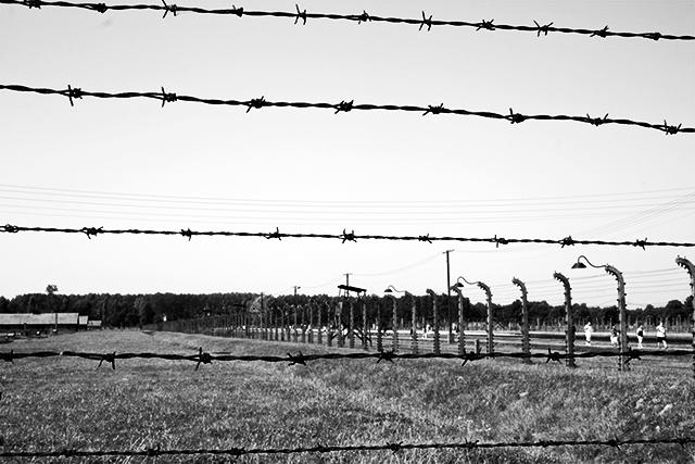 Valla campo concentración Auschwitz Birkenau blanco y negro