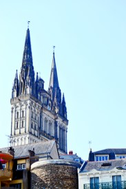 Torres tejados fachada piedra catedral Angers Francia