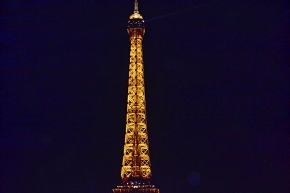 Extremo Torre Eiffel iluminada noche