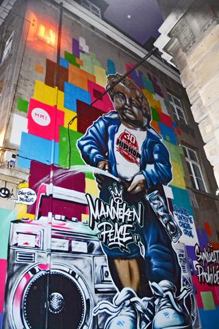 Graffiti color Manneken Pis Bruselas