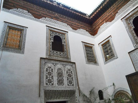 Patio interior decoración musulmana ventanas pared Musee d'Art Regional Dar Si Said Marrakech