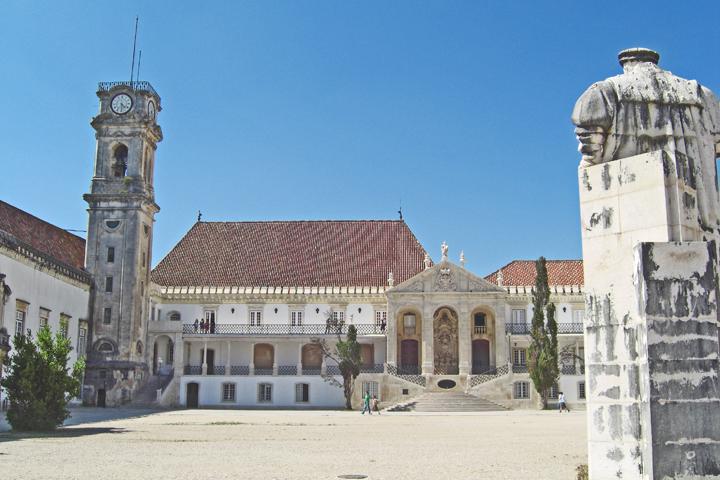 Patio central torre y estatua Universidad Coimbra Portugal