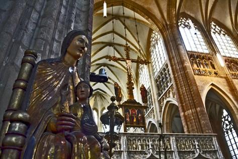 Púlpito escultura virgen niño interior Iglesia San Pedro Lovaina