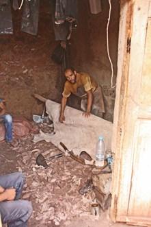 Curtidor cortando piel barrio curtidores Souq des Tanneurs Marrakech