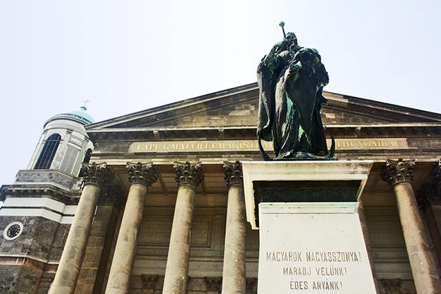 Fachada estatua Catedral Esztergom Hungría