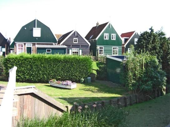 Panorámica casas verdes madera jardines Marken Holanda