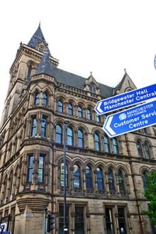 Edificio lateral ayuntamiento señales calle Princess Street Manchester