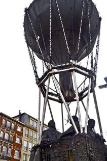 Globo aerostático viajeros escultura Lovaina
