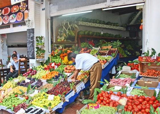 Puesto mercado frutas verduras Buyukada Turquía