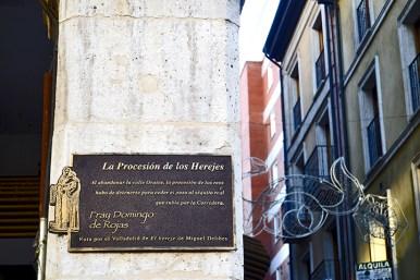 Rótulo calle Miguel Delibes Procesión de los Herejes Valladolid